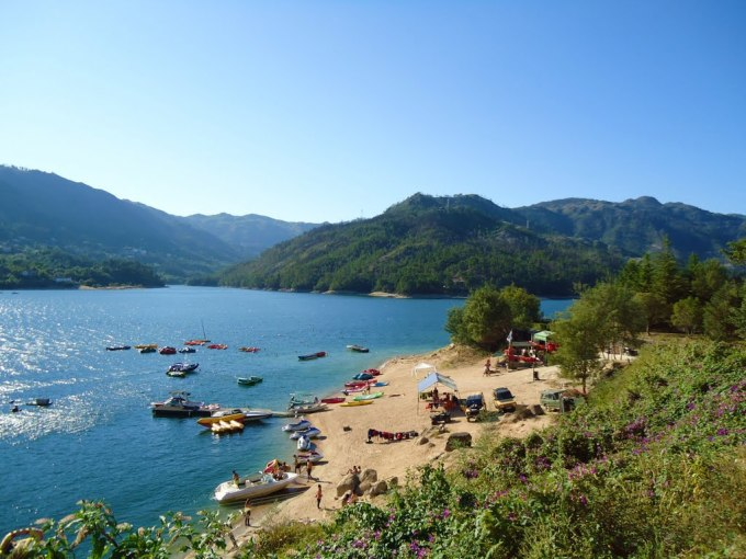 Praia fluvial Rio Caldo no Gerês
